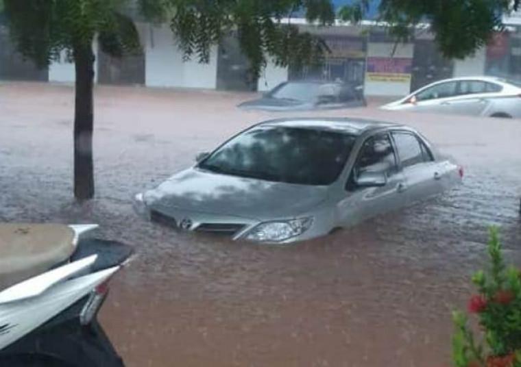 A chuva deixou ruas totalmente alagadas