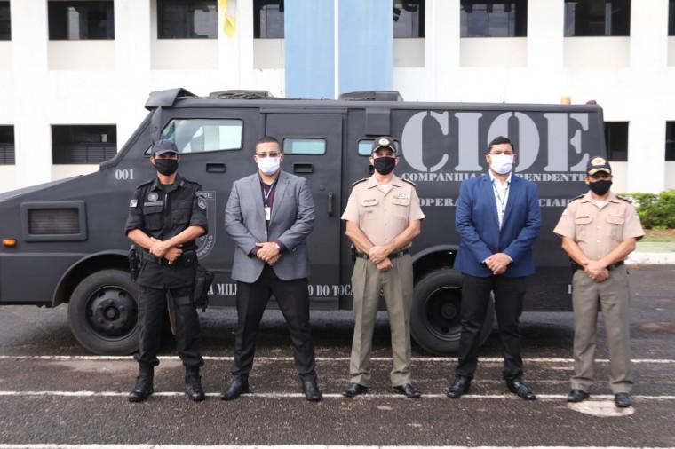 Autoridades presentes na doação do carro blindado