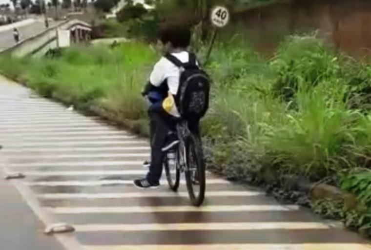 Estudantes indo à escola de bicicleta