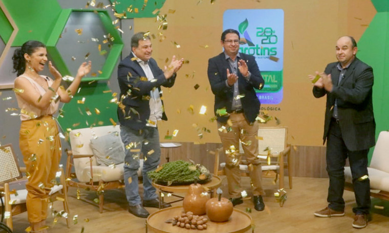 Equipe de apresentadores e secretários, César Halum e Élcio Mendes, no encerramento da feira