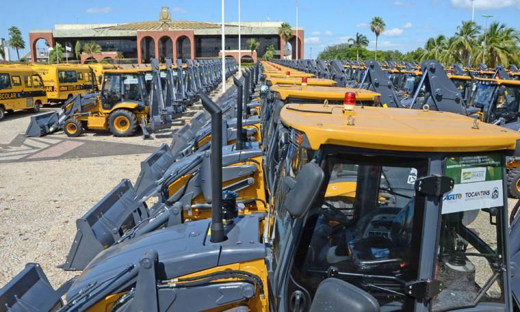 Máquinas estão em frente ao Palácio Araguaia