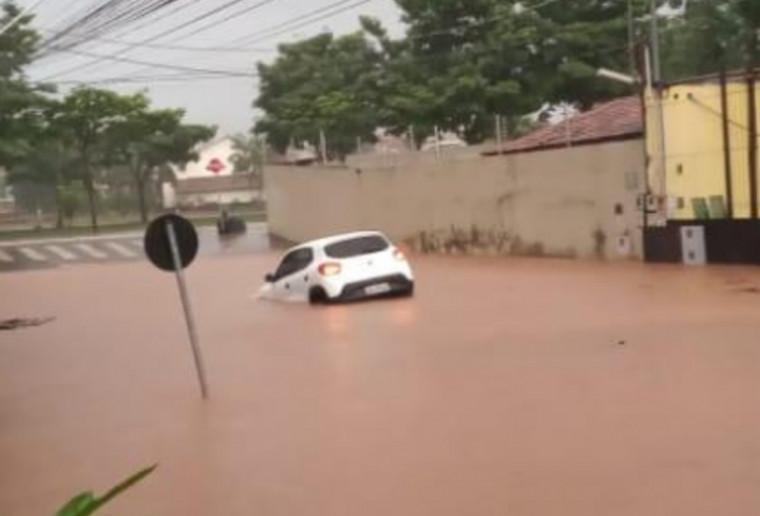 Carro inundado pela água
