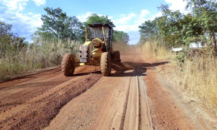 Máquina recuperando estrada