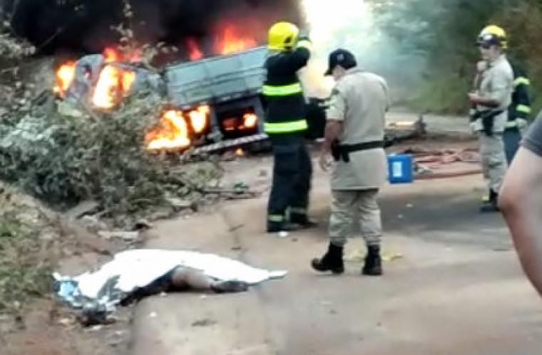 OS dois ciclistas foram atropelados pelo caminhão e morreram no local