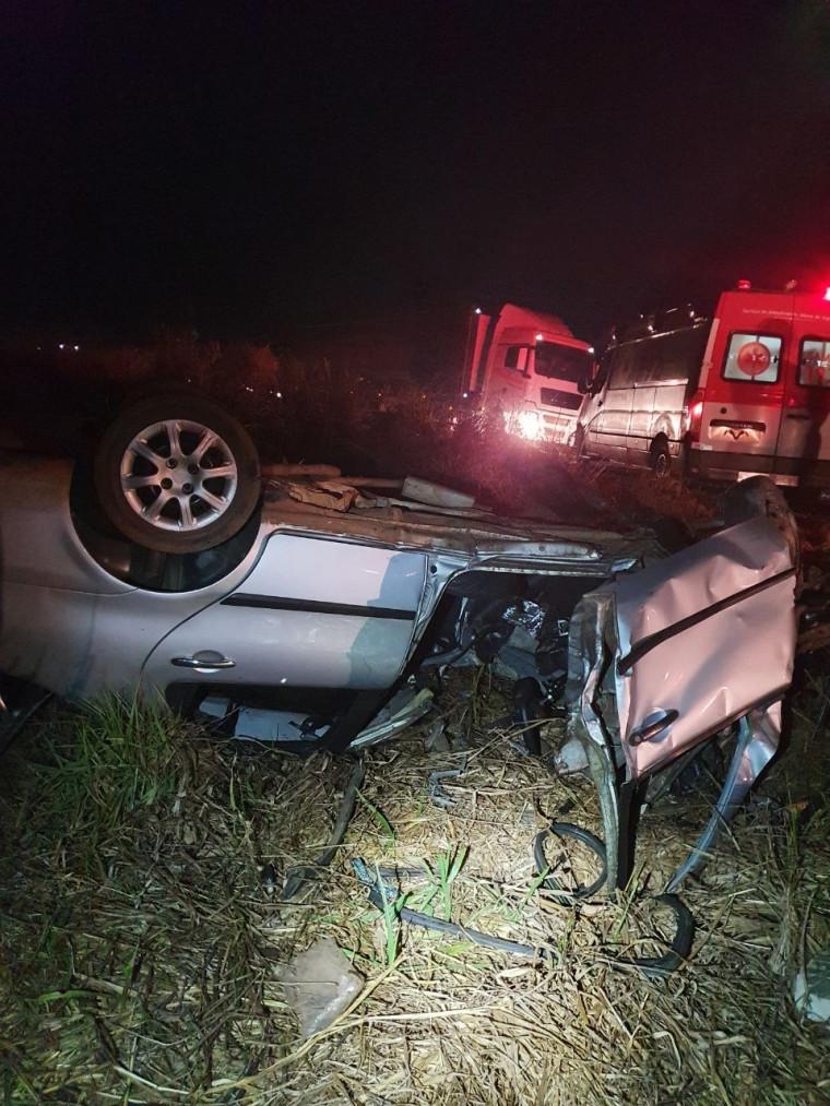 Carro de passeio capotou após o acidente