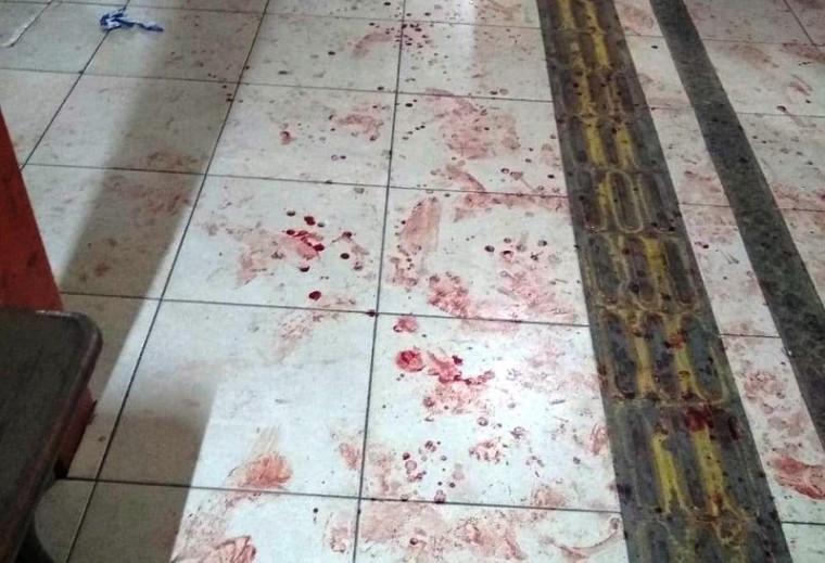 Marcas de sangue no corredor da escola