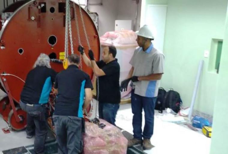 Máquina de radioterapia sendo instalada