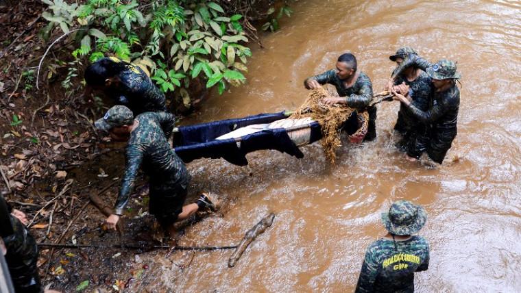 Pirarucu sendo resgatado