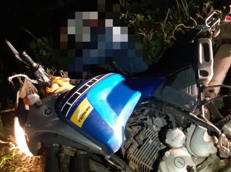 Corpo caído ao lado da motocicleta