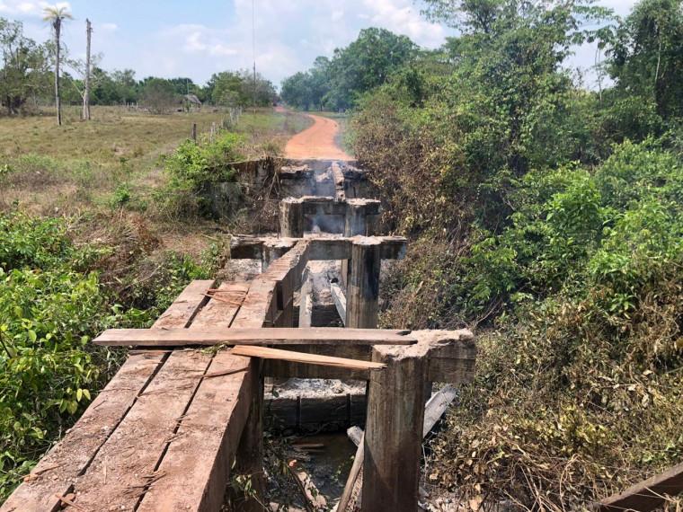 Ponte de madeira destruída pelo fogo