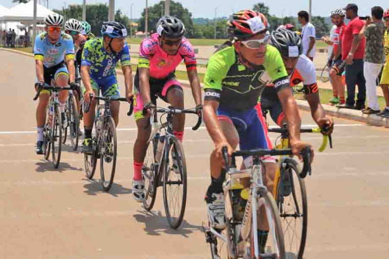 Ciclistas em competição