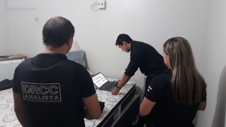 Polícia Civil vasculhando o computador do médico