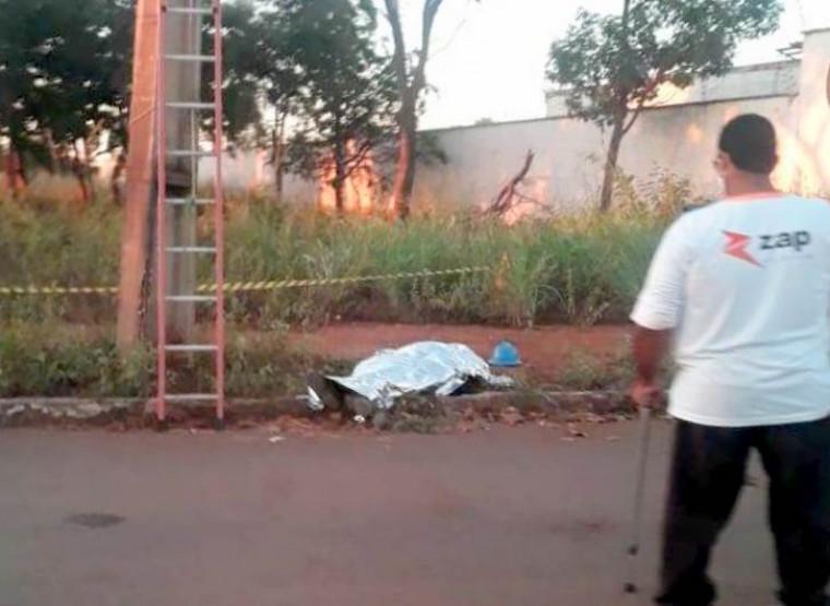 Segundo testemunhas o jovem caiu de uma altura de cerca de 10 metros e morreu no local