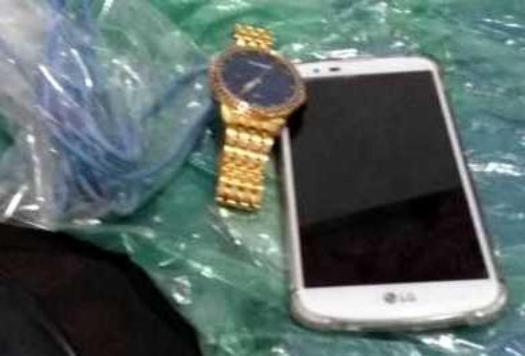 Com o suspeito a polícia apreendeu o celular e um relógio da vítima