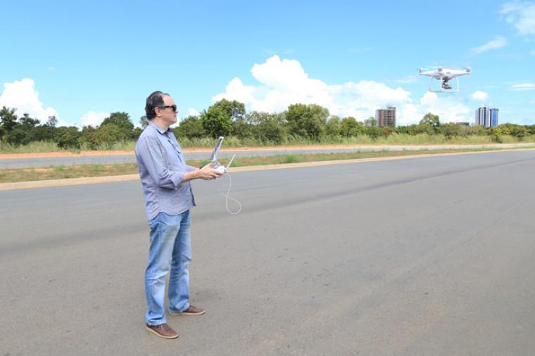 Engenheiro e coordenador da CAENG pilota drone durante aula prática