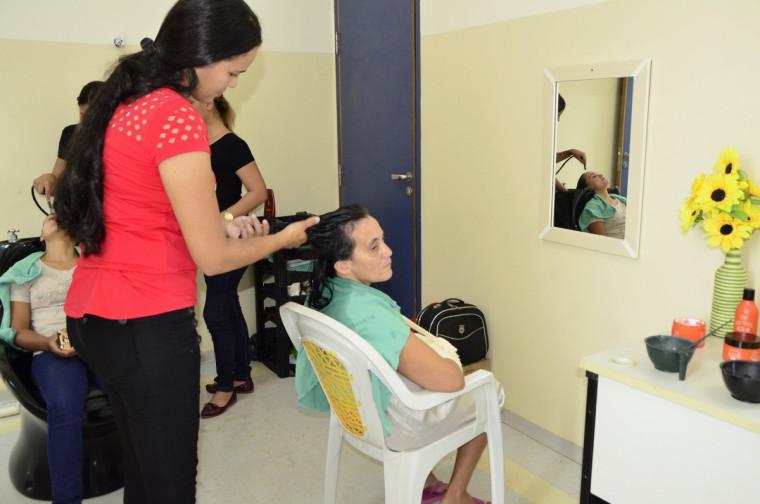 A paciente Evanir de Oliveira aproveitou a iniciativa para dar um UP no visual