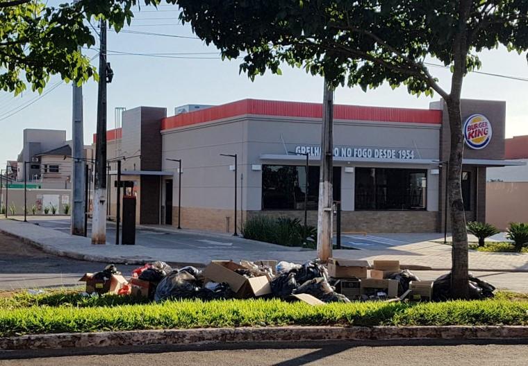 Lixo em frente ao Burger King
