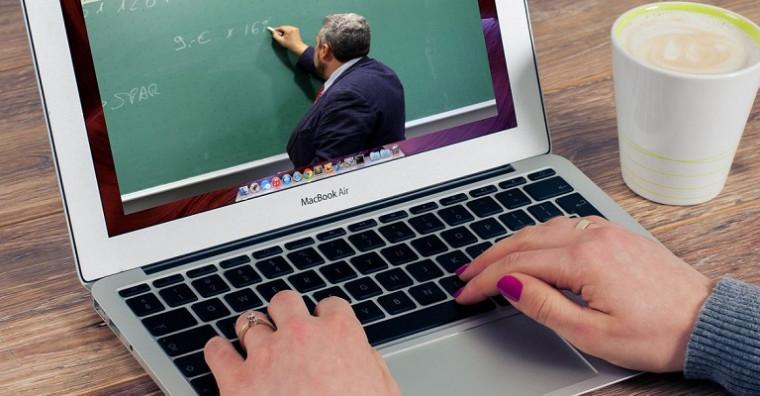 Mulher assistindo aula pelo computador