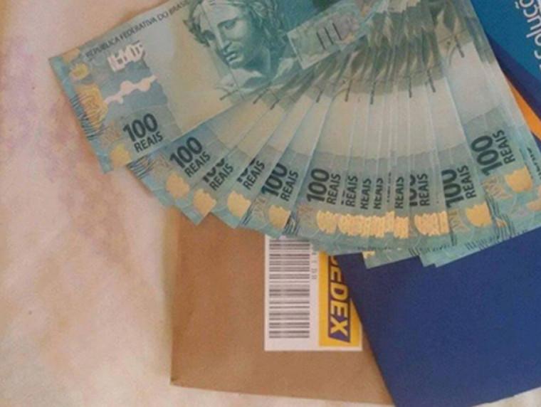 Dinheiro falso já apreendido pela PF sendo despachado nos Correios