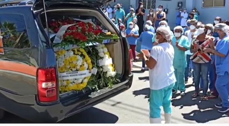 Carro da funerária passou em frente ao Hospital com o corpo do médico