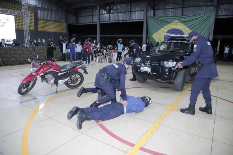 Formandos fazem demonstrações táticas, simulando uma situação real de abordagem