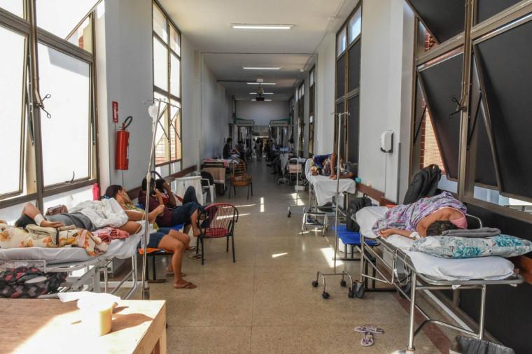 22 pacientes estavam deitados em macas no corredor do pronto atendimento