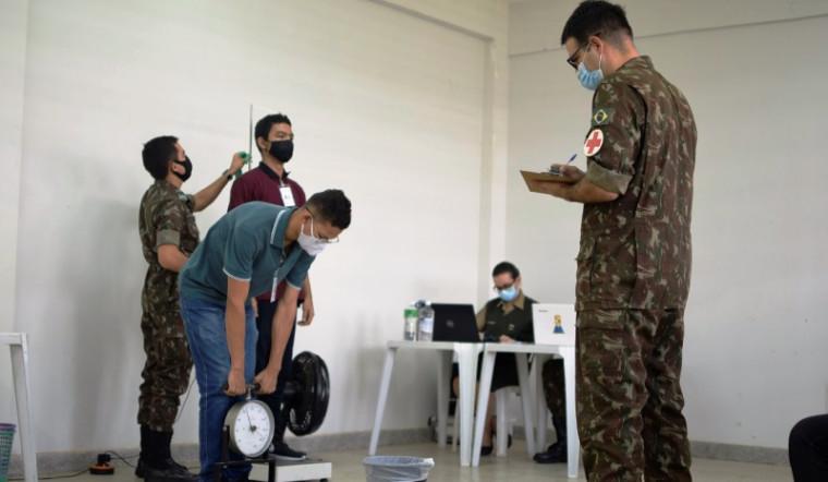 Jovens sendo examinados pela comissão das Forças Armadas
