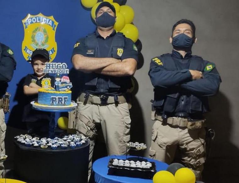 Menino e policiais
