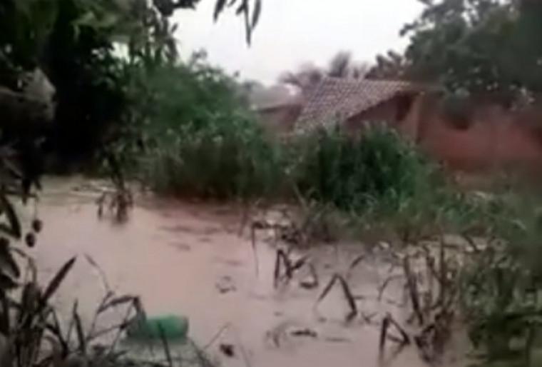 Veja o momento exato que a água derrubou e carregou uma das casas