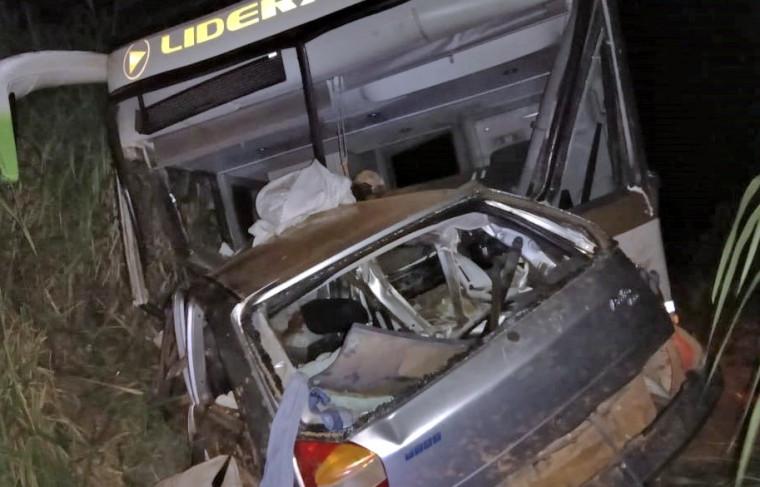 Com o impacto da batida, o carro foi parar praticamente dentro do ônibus