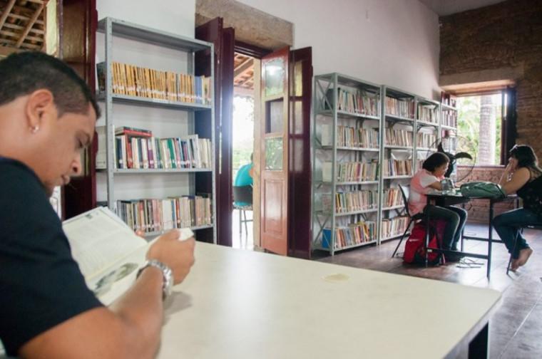 Leitores em biblioteca pública