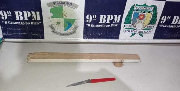 Faca e pedaço de madeira utilizados no crime