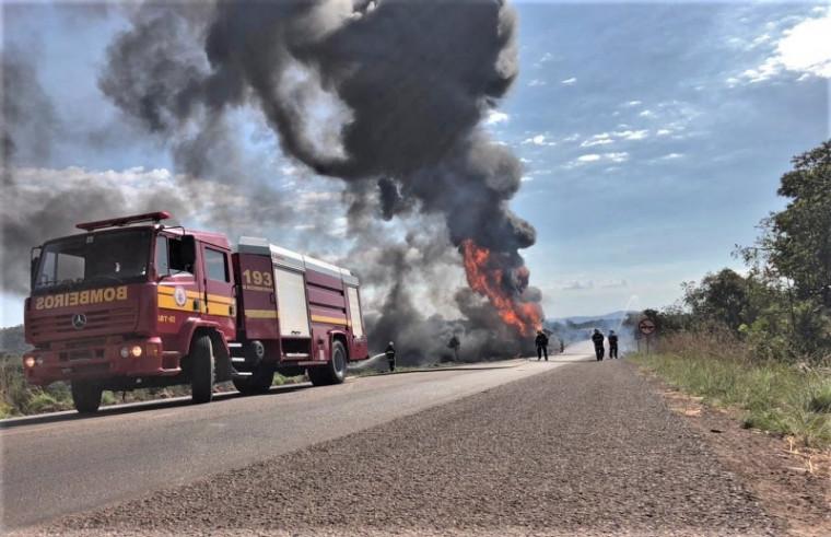 Fumaça gerada por incêndio após colisão na BR-153 podia ser vista ao longe