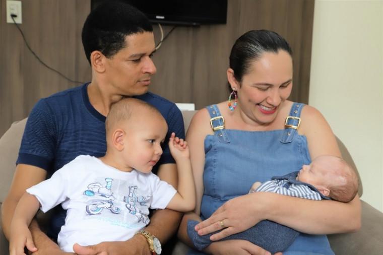 Adriane ao lado do marido, Izaíres Saraiva, e dos filhos