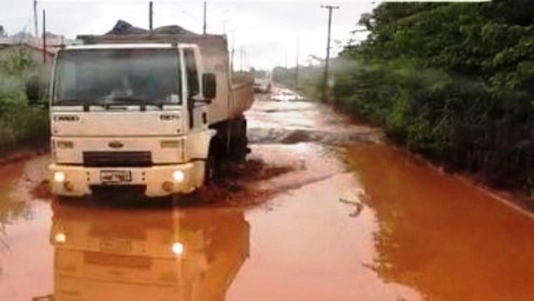 Lamaçal e buracos tomam conta de trecho da rodovia