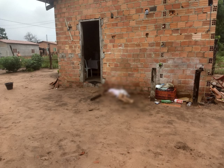 Jovem foi morta na porta da casa onde morava