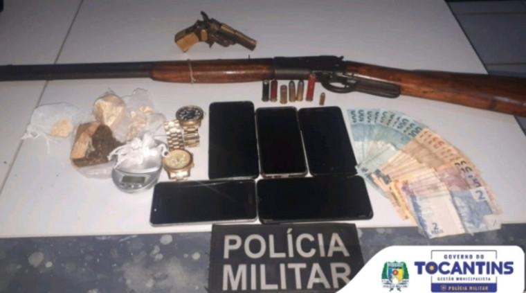 Armas e outros itens apreendidos pela PM