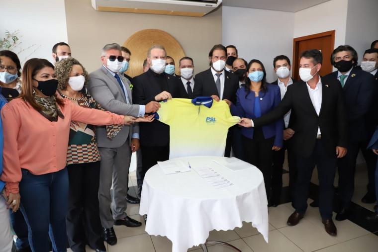 Governador Carlesse recebeu uma camisa do PSL durante a filiação