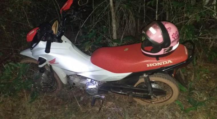 Motocicleta apreendida pela PM no local do crime