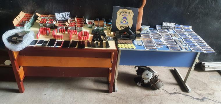 Arma de fogo e uma grande quantidade de munições foram apreendidas na casa do policial