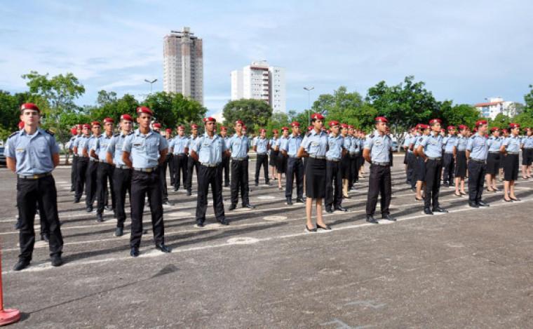 Alunos de colégio militar