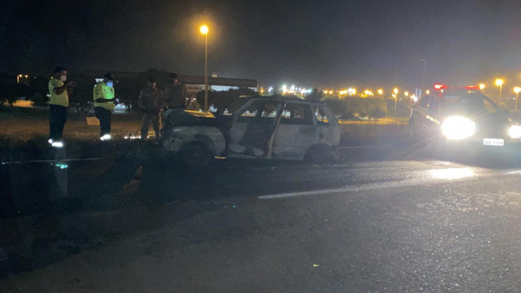 O fogo se espalhou e causou um incêndio às margens da rodovia