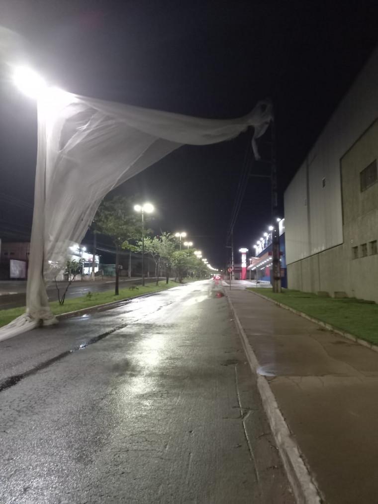 Devido ao vento forte durante o temporal, objeto foi lançado na rede de energia em Araguaína.