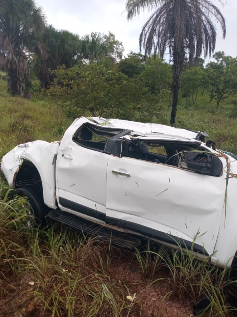 Veículo após sair da pista capotou