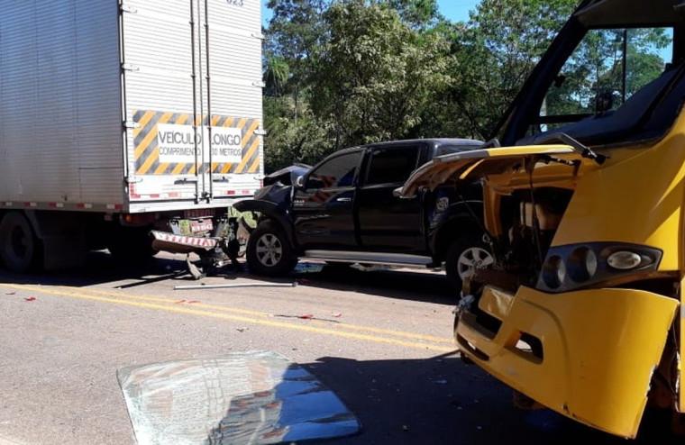 A caminhonete bateu na traseira da carreta e o ônibus escolar que vinha logo atrás não parou