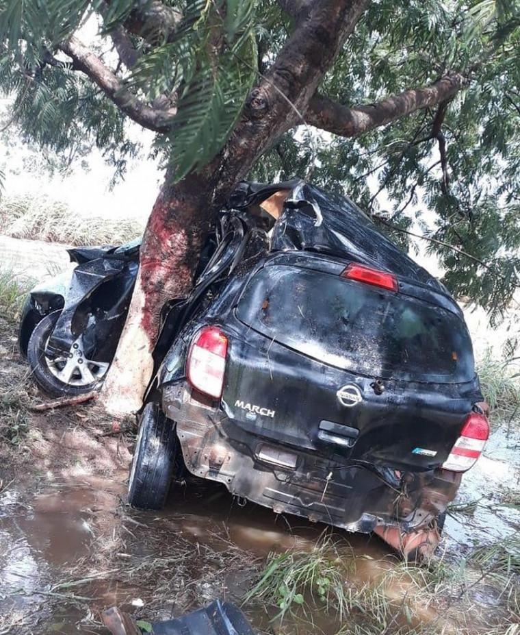 O carro saiu da pista e colidiu lateralmente com uma árvore às margens da rodovia