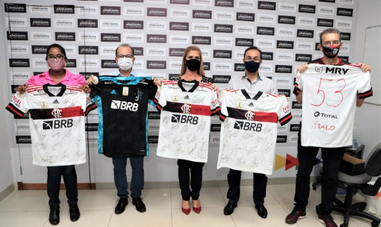 Foram entregues cinco camisas para Araguaína