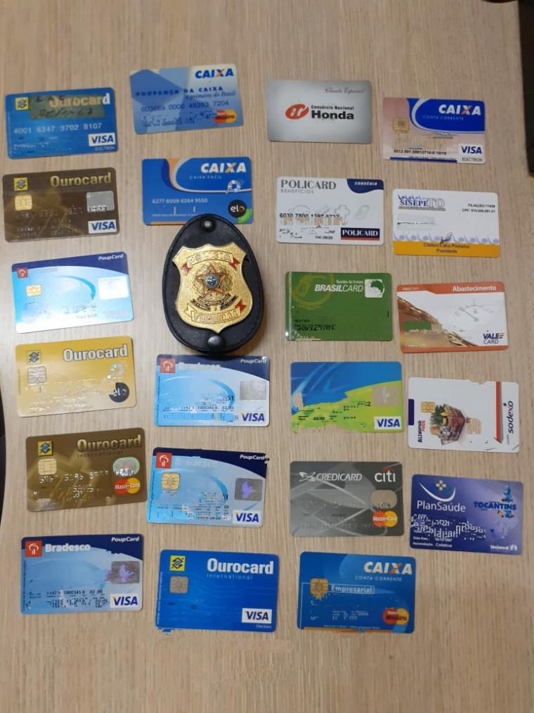 Cartões apreendidos com um dos investigados