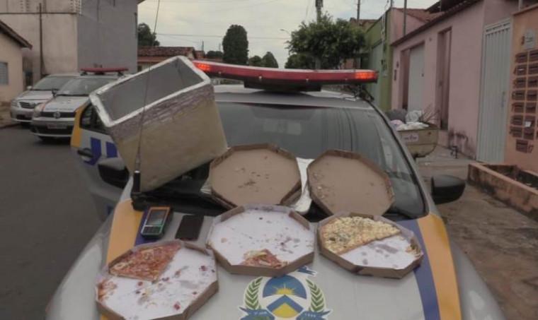 Pizzas, máquina de cartão e celular que estavam com o suspeito