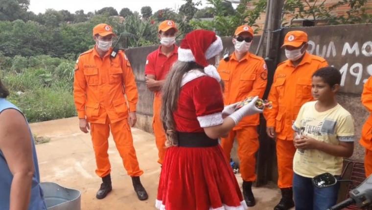 Cerca de 100 crianças carentes receberam presentes